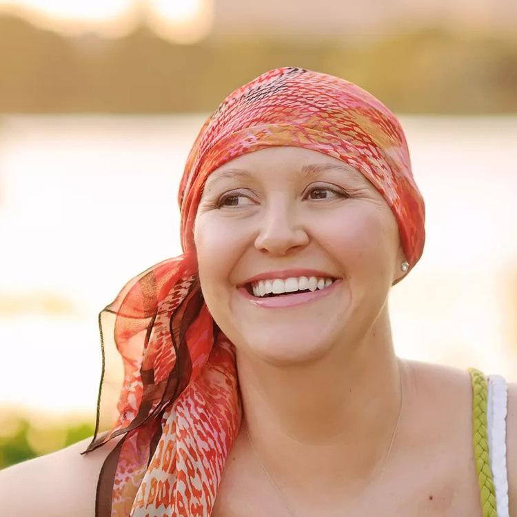 Krebspatientin mit Kopftuch