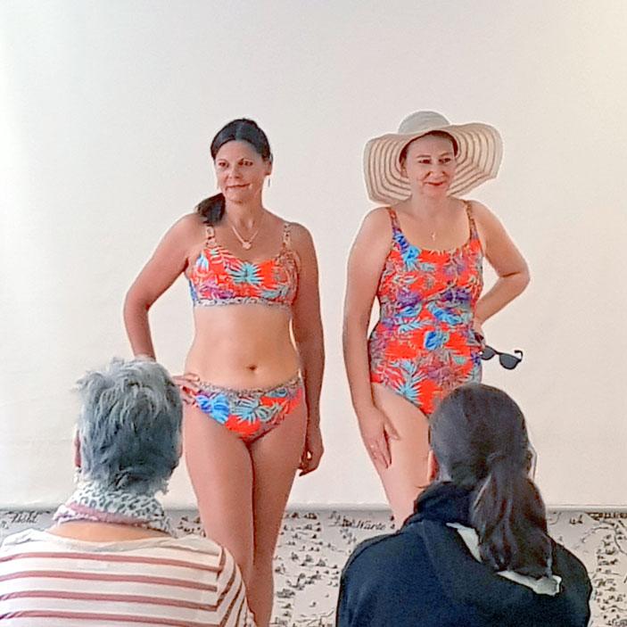 Zwei weibliche Models präsentieren Strandmode